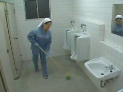 Enfermeira asiática e senhora da limpeza Ajuda A Jerk Off Paciente