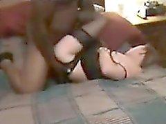 Frun plöjs av en stor svart mannen