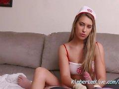 Enfermera Kimber Lee ayuda a paciente con guante de látex Masturbación con la mano!