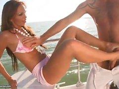 Millionaire MILF knullar Bellboy om henne båt i henne fötterna och tårna