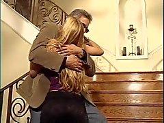 Blonde met mooie kont bloot haar kut op de trap naar oude man
