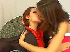 двумя девушками сексуальные поцелуев 2