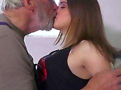 Sehr lieb 18. dem lockigen Teenie Seligkeit Oldman im Jahre 69