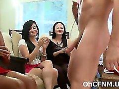 секси молодые девушки группы сосут огромный петух