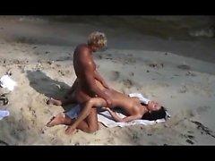 Любительская девушка мастурбирует на общественном пляже