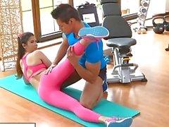 FitnessRooms Kokoustilat instructor vetää alas hänen joogahousut seksiä