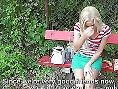Sveglia ceche della bambino inchiodato da straniero tizio in alcuni dollari