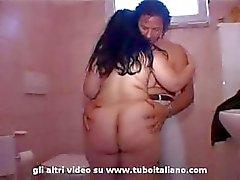 Italiaanse Bbw zuigen en wordt geneukt in de badkamer