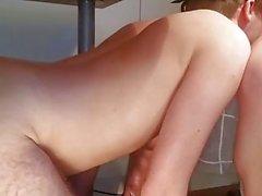 Tyttöystävä käyttää hänen alistuvaisia poika katseltaessa pornoa