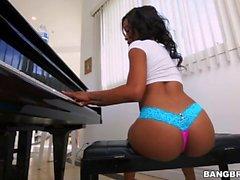 Michelle kiroaa pianon soittamisen jälkeen