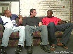 uomini di colore che condividono culo della di un ragazzo bianco divertente