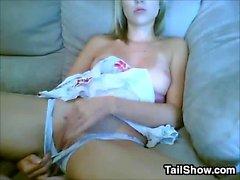 Muchacha rubia linda frotando su coño