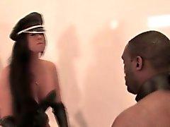 Maîtresse Leatherclad l'emporte sur des sous noir