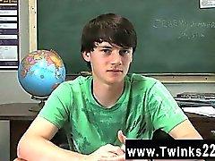 Gay XXX Jeremy Sommers sitter ordentligt vid ett skrivbord och ett intervjun