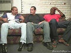 uomini di colore che condividono un white guy divertente
