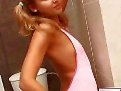 Menina em meias sensuais nua em banheiro