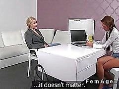 bionda masturba a un'agente donna