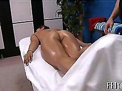 La muchacha que soplan durante el masaje
