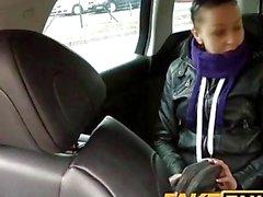 FakeTaxi Preto borracho de cabelos fode o motorista de táxi