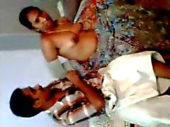 Desi Aunty munaa hänen miehensä ystävänsä