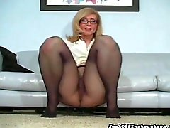 Eager minx boasts of gash looking great in hose