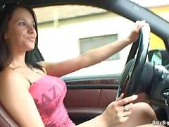 Rondborstige brunette auto rijden