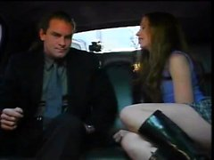 Сексуальная девушка, занимающаяся сексом в лимузине