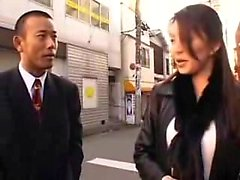 Auffallende asiatische Dame fällt ihre Kleider und engagiert sich in einem heißen