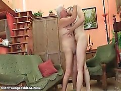Corneo ragazza adolescente che lecca una nonnina