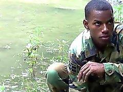 Schwanz - starker Twink Soldaten am See