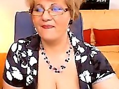 De matières grasses de Granny exhibe ses seins