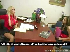 Возбужденный блондин шлюха на офисе