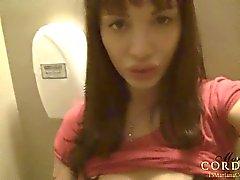 Mariannes du Cordoba dans des toilettes publiques