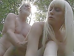 Oldman fickt zwei Teenager in Waldes