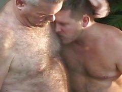 Üç yaşlı erkeklerin sıcak gay seks partisi var