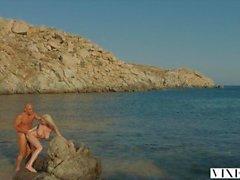sexo apaixonado VIXEN Kendra Sunderland em uma praia