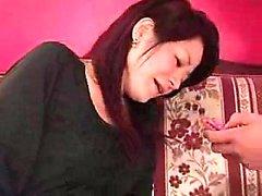 Lustful maman japonaise avec de gros seins a un jeune homme devourin