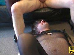 Pareja Britt cocksucks dom en frente de sissy