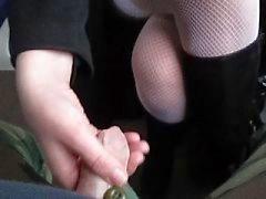 Kun kosketan hänen sukat hän pelaa kalunijunassa