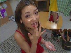 Atemberaubende japanische Babe bekommt eine Gesichtsbesamung nach einem perfekten Blowjob