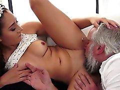 Latin Melody Petite sehnen sich nach einem alten Schwanz in Mund und Pussy