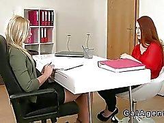 agenti female scivolare cinghia su nel di redhead
