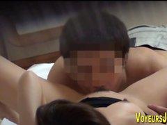 Adolescente asiático recebendo por via oral
