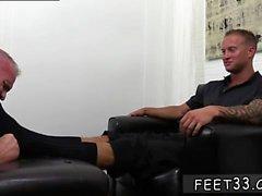 Черного геи пола во время всасывающему пальцами и белого геи фут фетиш метров