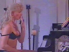 Blonds cru de masturber près du piano