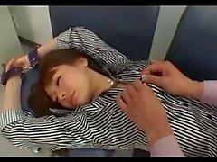Азиатская девушка In Boots отчеканенные Приступая наручниках Fingered в раздевалке