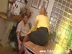 Loira de MILF italiano faz com o patrão , enquanto o marido assiste