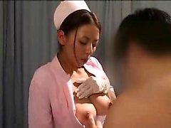 Enfermera asiática deliciosa tiene un paciente caliente acariciando su bi
