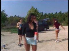 4 sexiga tjejer pissa tävling utomhus