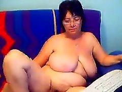 Grand Granny montre sa chatte poilue